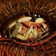 En närbild på ett blodsprängt öga med maskar som ögonfransar