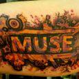 Bandet Muse på överarmens insida