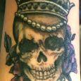 En dödskalle med en krona och pärlor