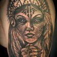 En indiankvinna med ett kors