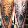Siluett av en man som ror i en å omgiven av träd